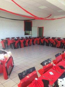 Chaises noires et flots rouges