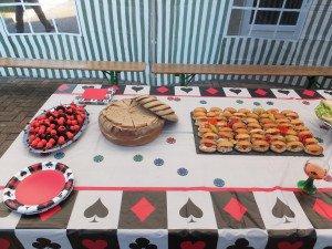 Des nappes aux couleurs du thème avec des serviettes et assiettes assorties